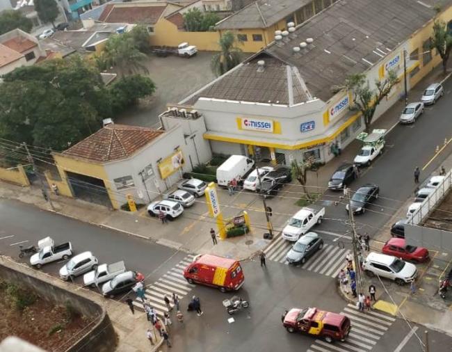 Duas pessoas ficam feridas em colisão entre carro e moto na área central de Cornélio Procópio