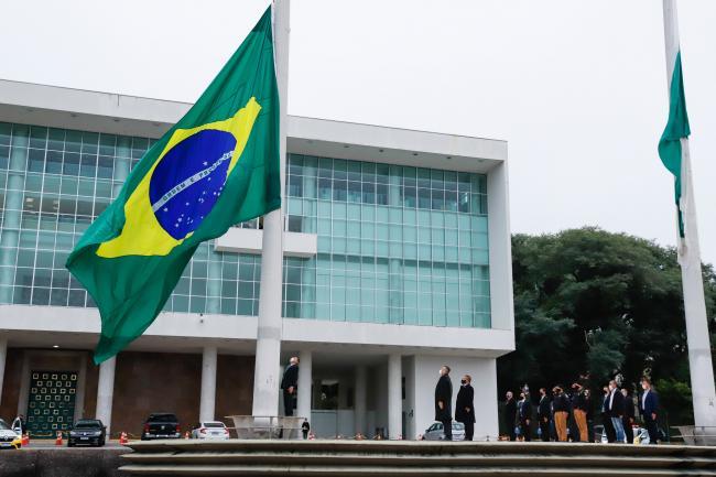 Atentado contra a Bandeira do Brasil revolta curitibanos no Palácio Iguaçu